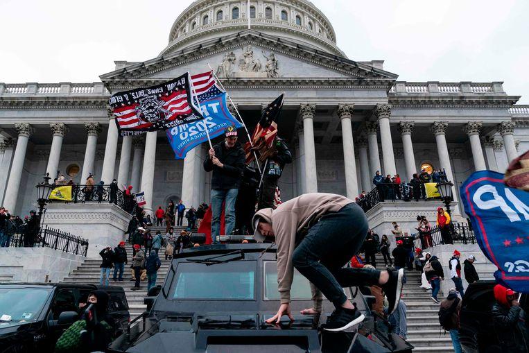Aanhangers van Donald Trump protesteren aan het Capitool in Washington. Beeld AFP