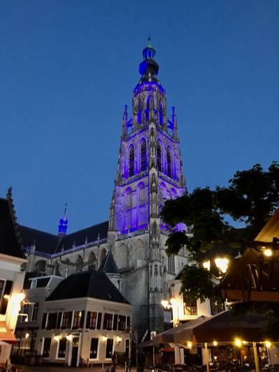 Grote Kerk in Breda kleurt blauw voor ME