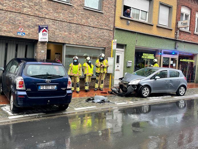 Twee Franse auto's botsten, waarop één van de twee in de garage van een woning in Menen terechtkwam.