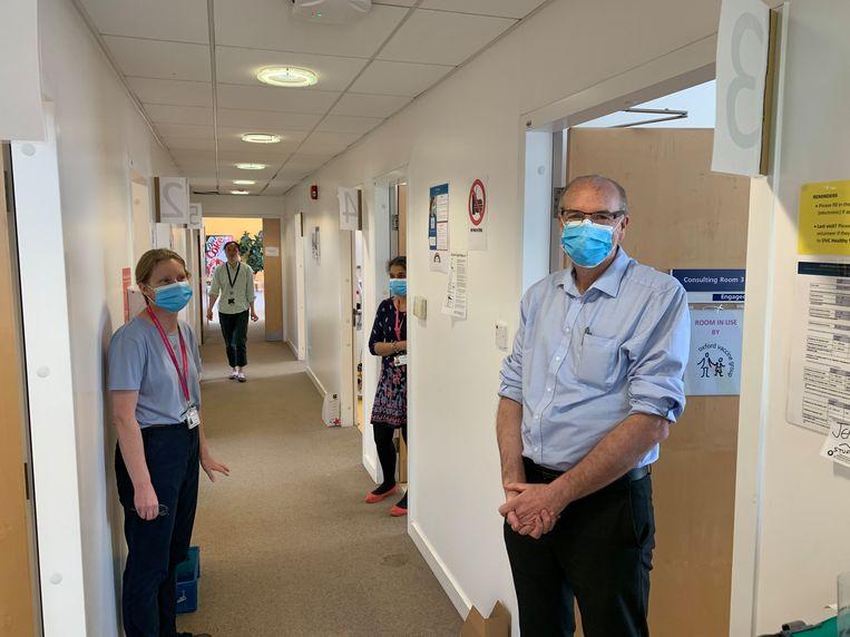 Leden van het team van Bruno Holthof in Oxford: hoofdverpleegkundige Maria Moore en Andy Pollard, de arts die het onderzoek leidt. Beeld RV