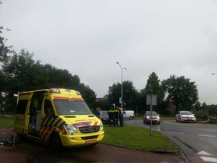 Ambulancepersoneel heeft de fietser nagekeken op verwondingen.