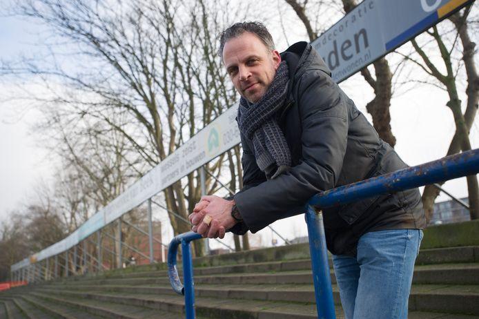 Jim Holterhuës, hoofdredacteur van voetbaltijdschrift Staantribune op de tribune bij Elinkwijk.