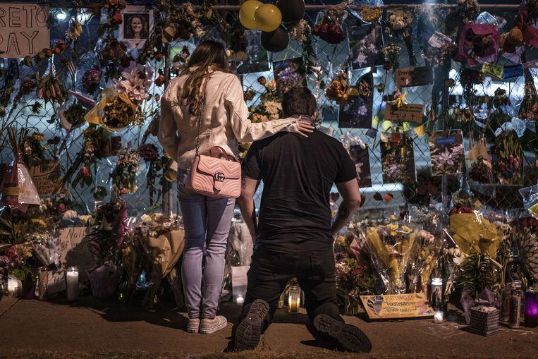 In Boulder, Colorado herdenken mensen de slachtoffers van de schietpartij in een supermarkt. Beeld AFP
