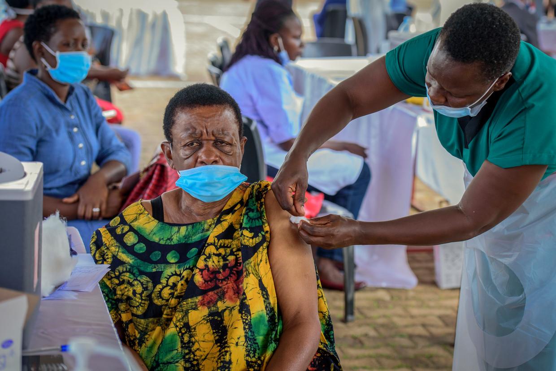 Een vrouw wordt gevaccineerd in Kampala.  Beeld AP