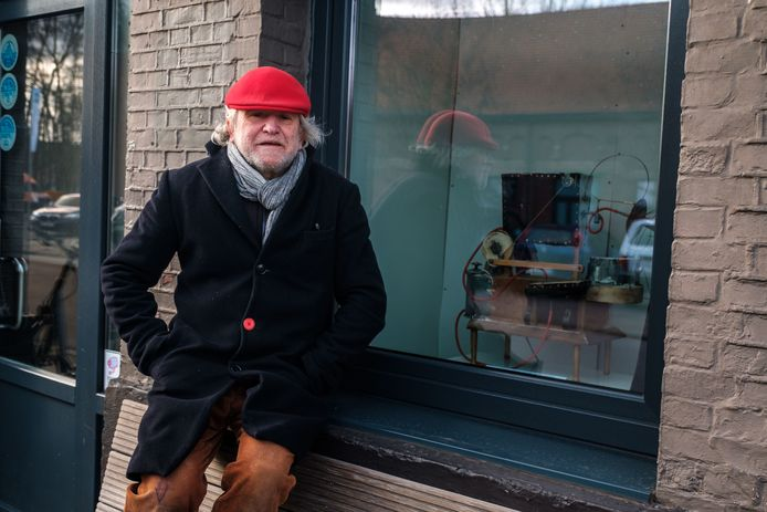 Kunstenaar Zjos Meyvis stelt twee stuifmeelverstuivers tentoon in café De Witte.