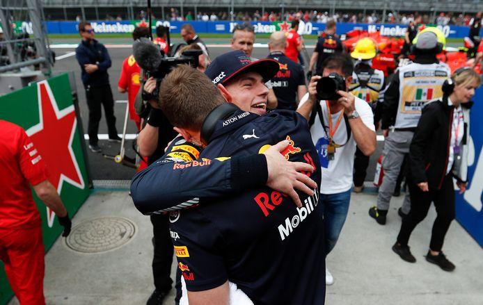 Max Verstappen viert zijn poleposition in Mexico, die hij later weer moet inleveren voor het negeren van de gele vlag.