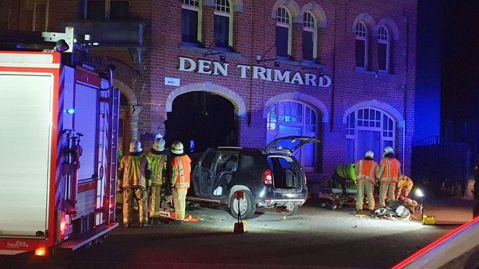 Het voertuig reed tegen Den Trimard. De bestuurder was nog steeds bewusteloos toen de hulpdiensten aankwamen.