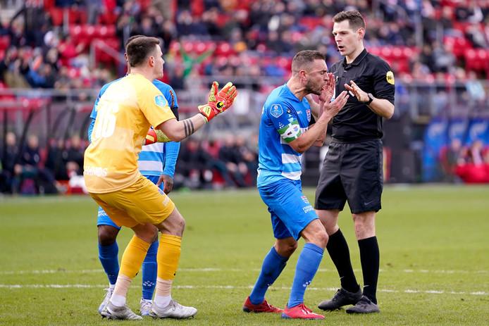 De eerste strafschop van AZ zorgt voor onbegrip bij Michael Zetterer en Bram van Polen. De Duitse doelman zal de inzet van Teun Koopmeiners wel pareren.