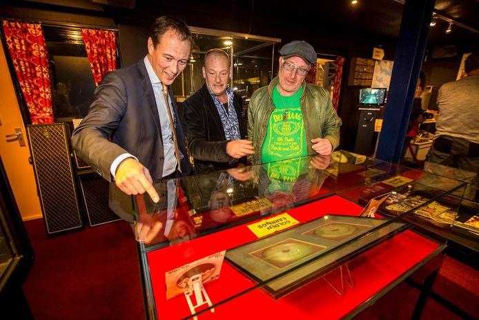 Wethouder Boudewijn Revis met René Bom in het RockArt museum in Hoek van Holland