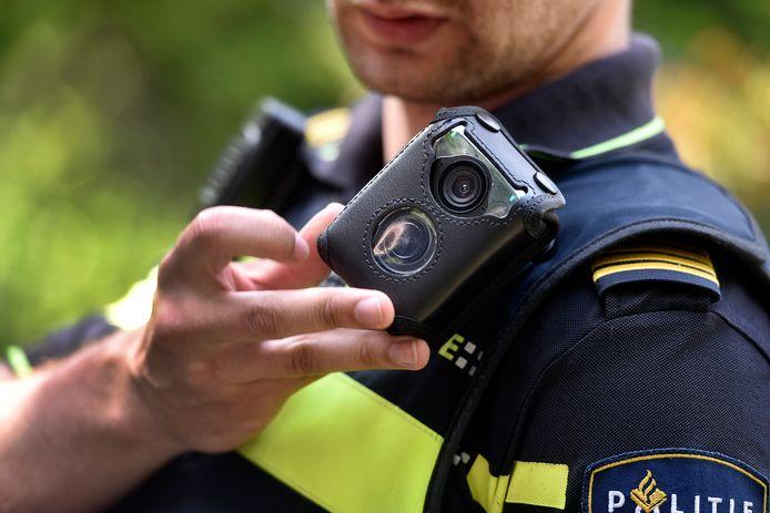 Een agent met bodycam, foto ter illustratie