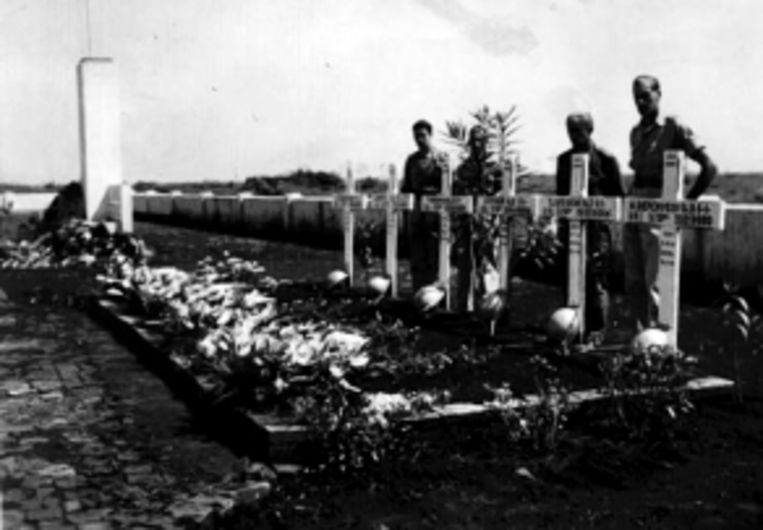 De begrafenis van de zes militairen van de W-Brigade die op 17 mei 1946 sneuvelden en zwaar werden verminkt. Achter de graven de vier mannen die wisten te ontkomen. (FOTO JOOP DE LANGE) Beeld