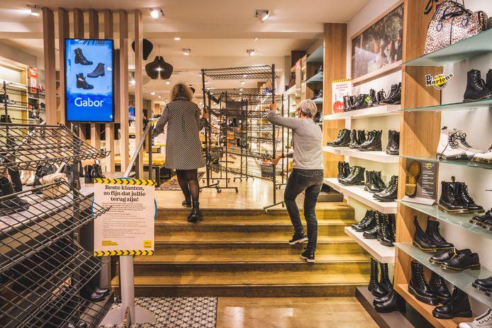 Bij schoenenwinkel Torfs sloeg het Roemeens duo toe.
