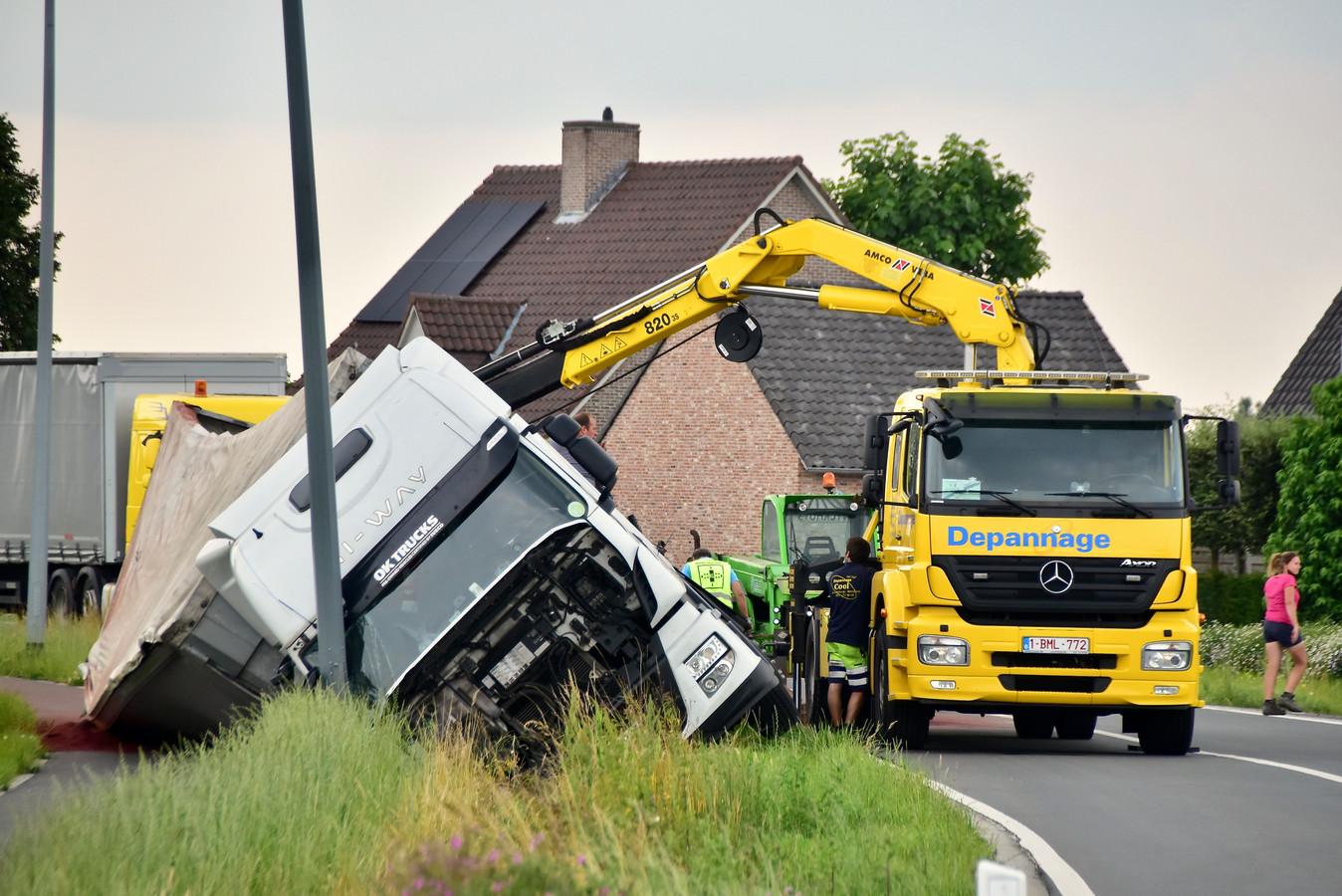 De Poolse trucker belandde met zijn gevaarte in de gracht, langs de Beernemsteenweg in Wingene.