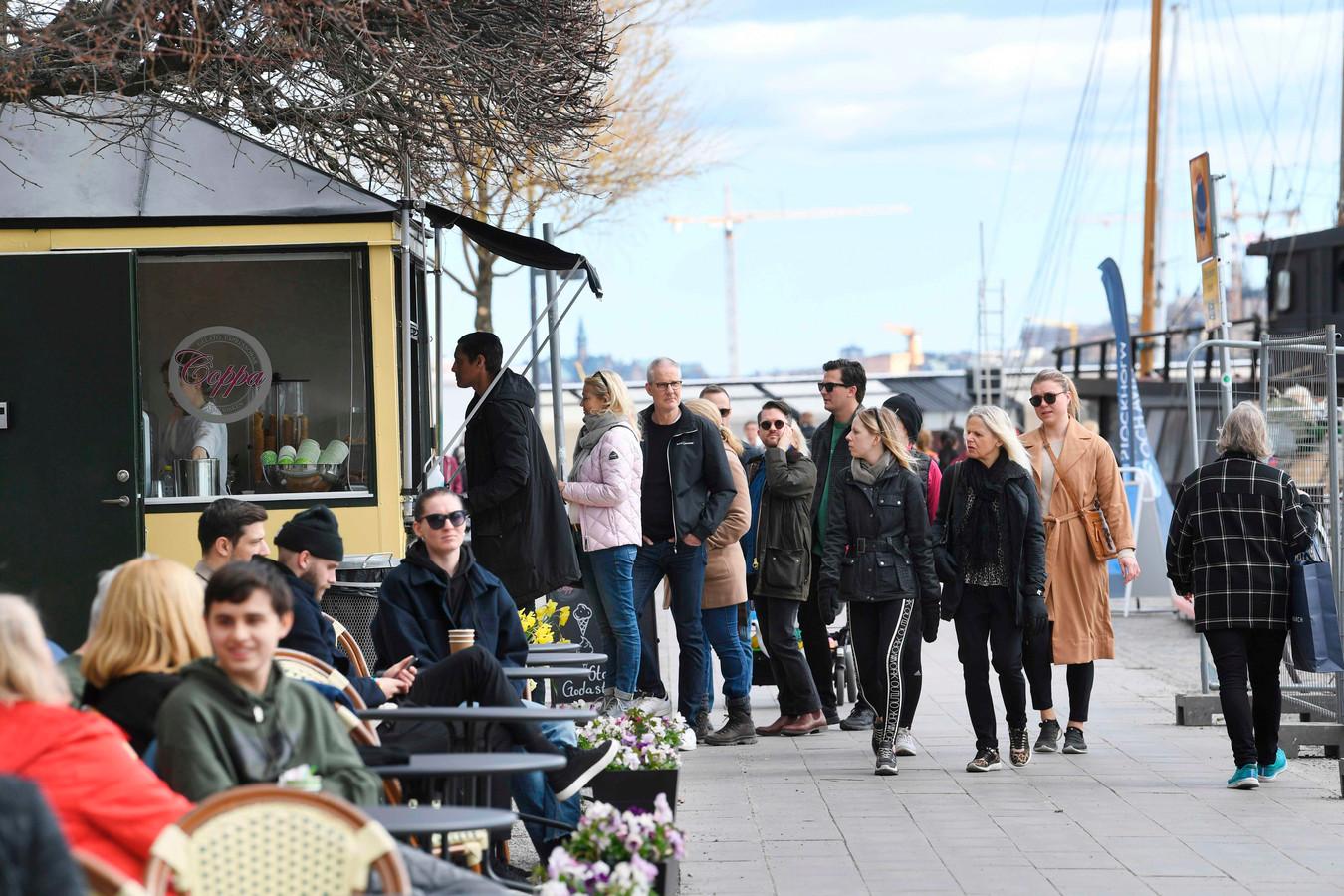 Zweden vandaag in de rij voor een ijsje op de boulevard Norr Mälarstrand, hartje Stockholm.