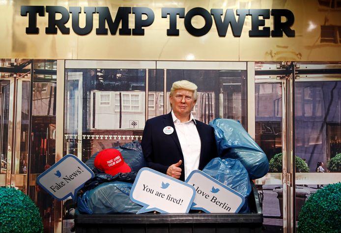 Het wassen beeld van de Amerikaanse president Donald Trump staat momenteel tentoongesteld in een afvalcontainer, omringd door vuilzakken, een MAGA-petje en tweets met zijn favoriete uitspraken als president en voormalig reality-tv-figuur.