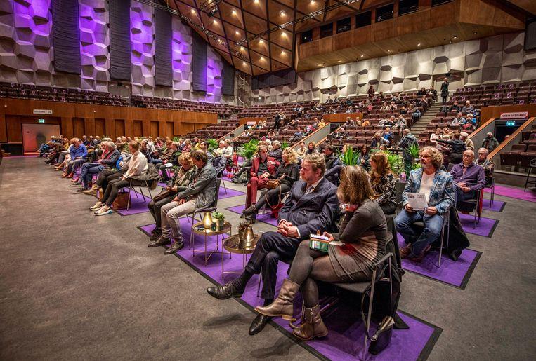 Publiek in de zaal bij een concert van Arthur en Lucas Jussen, een experiment in de Oosterpoort in Groningen.  Beeld Raymond Rutting  / de Volkskrant
