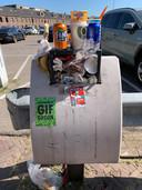 Overvolle afvalbak bij de Mols Parking in het centrum van Breda.
