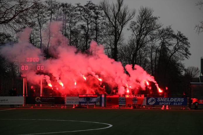 Warm onthaal voor Elistha van de eigen supporters, op bezoek bij Sc Valburg, dat de Betuwse derby verrassend won.