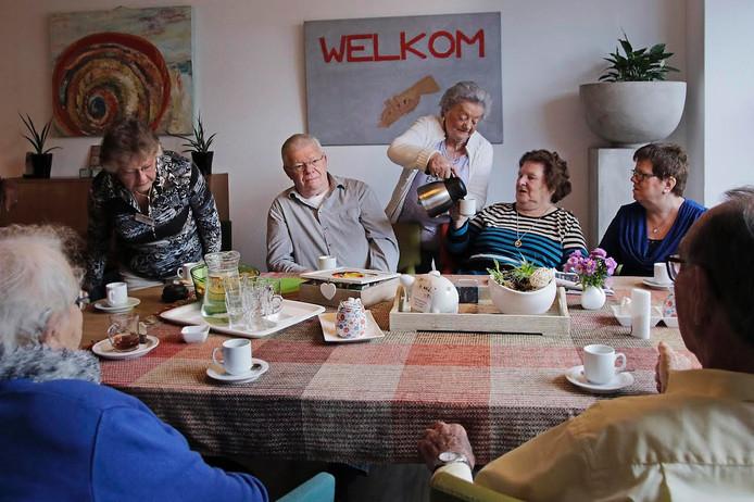 Riet Roosen schenkt koffie in ontmoetingsruimte Onder de Linde in Schaijk.