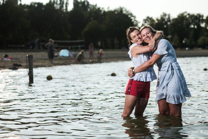 Suze Meek (rechts) en Nienke Gerridzen gingen alvast testen of de temperatuur van het water van Stroombroek 'te doen' was. Samen met 23 andere vrienden en collega's zwemmen zij zondag om geld in te zamelen voor kankeronderzoek.