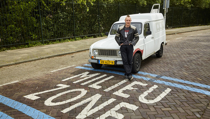 Joris Rockx is een van de automobilisten die met een oude vervuilende auto de milieuzone inrijdt.