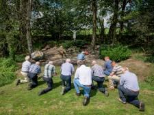 Agelose boeren gaan op de knieën voor een eeuwenoud ritueel