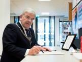 Burgemeester Jan van Zanen tekent condoleanceregister