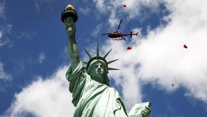 Vanuit een helikopter worden rozenblaadjes uitgestrooid over het Vrijheidsbeeld.
