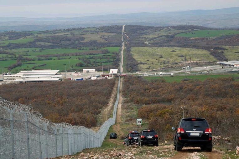 Een escorte begeleidde de Britse premier Cameron en zijn Bulgaarse collega Borissov begin december naar het hek dat de grens tussen Bulgarije en Turkije markeert. Beeld afp