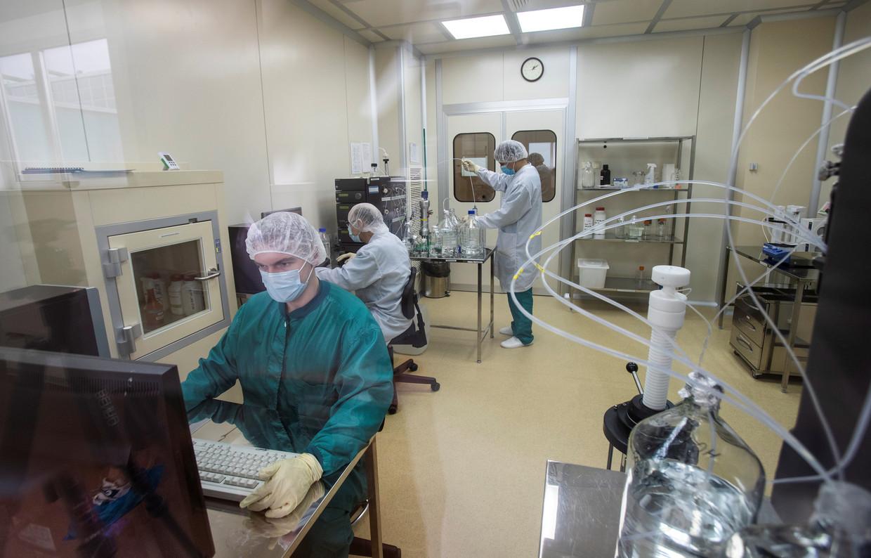 Specialisten aan het werk in het laboratorium waar Spoetnik V wordt ontwikkeld. Beeld REUTERS