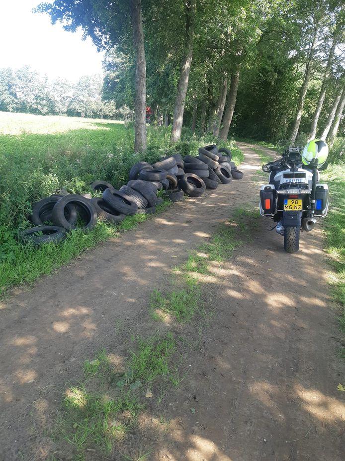 Op een zandweg in Aalten zijn een groot aantal gebruikte autobanden gedumpt.