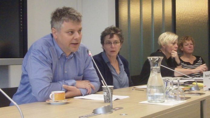 Huisarts Willem Sanders spreekt leden van Provinciale Staten toe. Naast hem Patricia Brunklaus (GroenLinks).