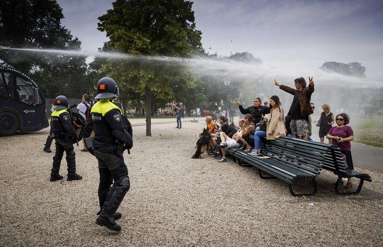 Demonstranten zoeken de confrontatie met de politie bij het Centraal Station in Den Haag, 2020.  Beeld ANP
