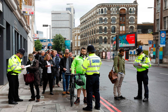 Politie in Londen controleert burgers na de terreuraanslag van afgelopen zaterdagavond