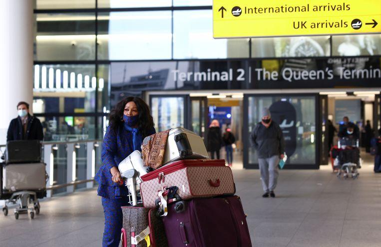 Reizigers op de Londense luchthaven Heathrow. Beeld REUTERS