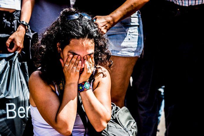 Omstanders rouwen op Las Ramblas, ter nagedachtenis aan de slachtoffers van de aanslagen in Barcelona en Cambrils.