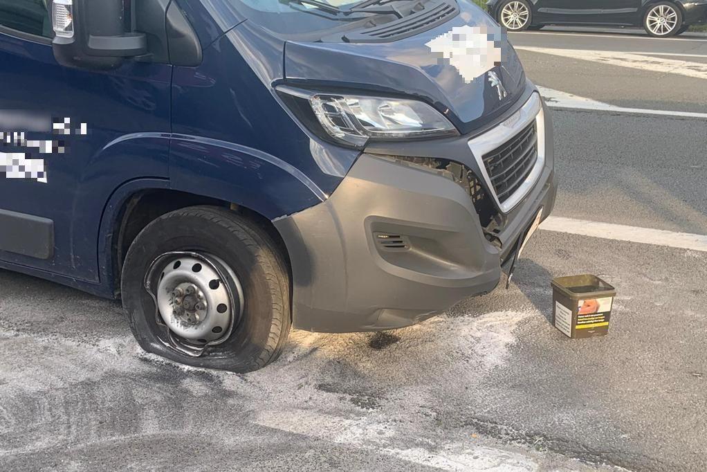 De chauffeur parkeerde de beschadigde bestelwagen na het ongeval langs de kant van de weg.