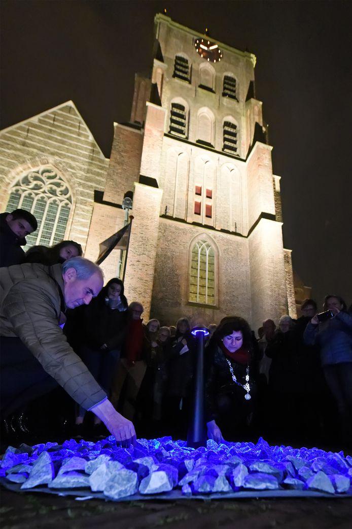 Job Cohen en burgemeester Marian Witte leggen een steen bij het monument voor de kerk in Geertruidenberg.
