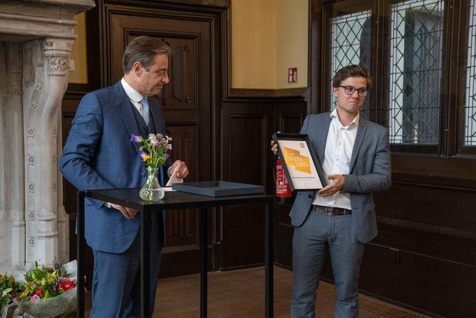 Bart De Wever en prijswinnaar Matthias Francken (directeur Herita) bij de prijsuitreiking van Het Erfgoedjuweel in de Handelsbeurs in Antwerpen.