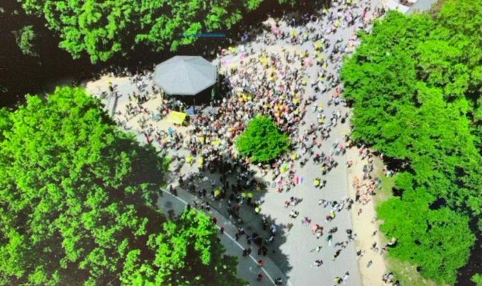 Zowat 500 mensen hebben zich momenteel verzameld in Ter Kamerenbos.