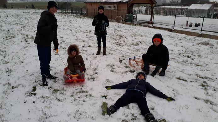 Sneeuwpret in de Nederweg in Letterhoutem.