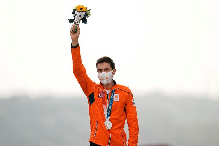 Wielrenner Tom Dumoulin is heel blij met zilver op de olympische tijdrit in Tokio. Beeld AP