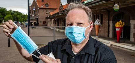 Mondkapjes te koop op Stationsplein Deventer: Doet u mij maar één frikandel speciaal en een mondkapje alstublieft
