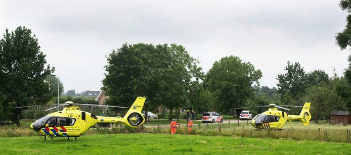 De traumahelikopters bij het terrein aan de Smalriemseweg bij Beusichem na het ongeluk.