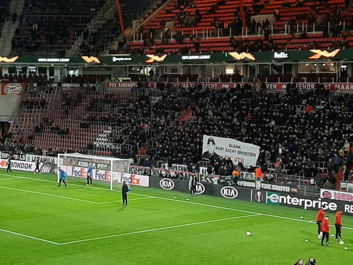 PSV-supporters eren hun overleden maat