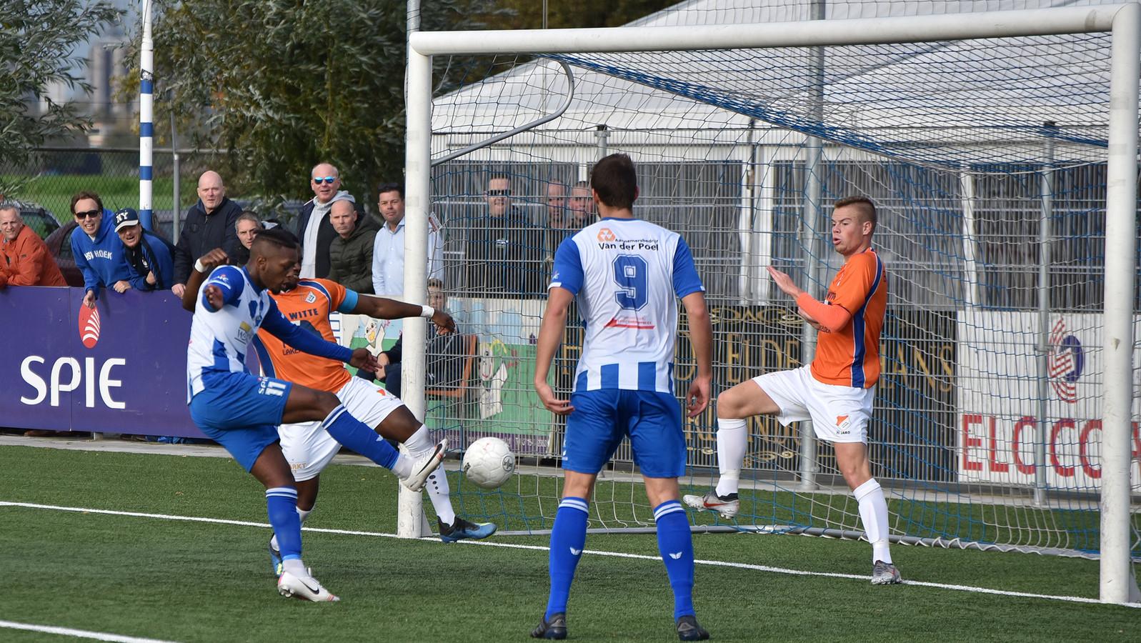 Francis Kabwe Manengela schiet de 4-0 binnen tegen ONS Sneek.
