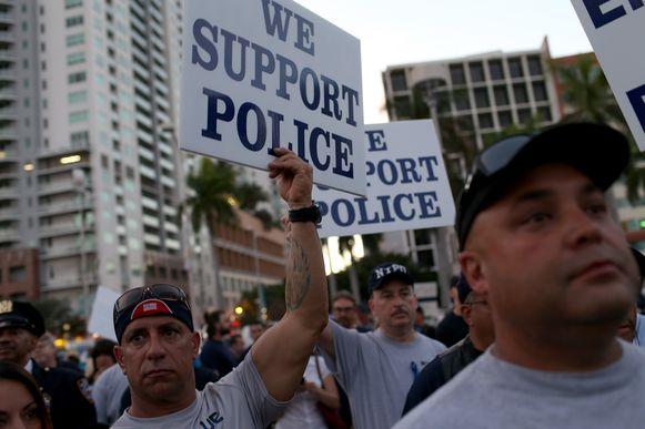 Mensen komen op voor de Amerikaanse politie. Archieffoto uit 2014.