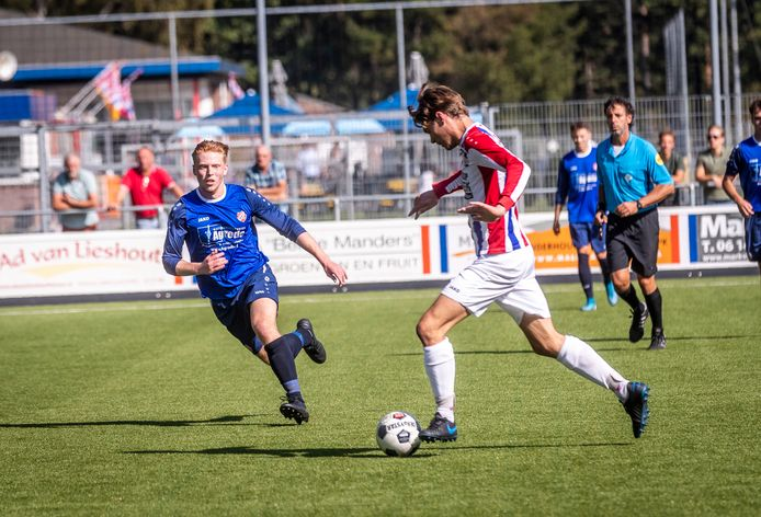 Beeld van het duel tussen Milan van Maaswaal van Stiphout Vooruit en Ton Otten van Rood-Wit'62.