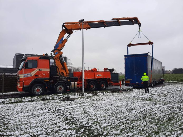 De vrachtwagen werd getakeld en opnieuw op de openbare weg geplaatst.
