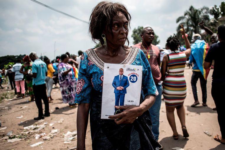 Een aanhanger van Felix Tshisekedi op straat in Congo.  Beeld AFP
